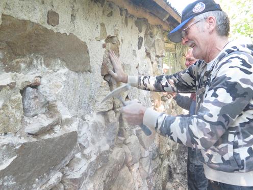 Bengt knackar bort murbruket