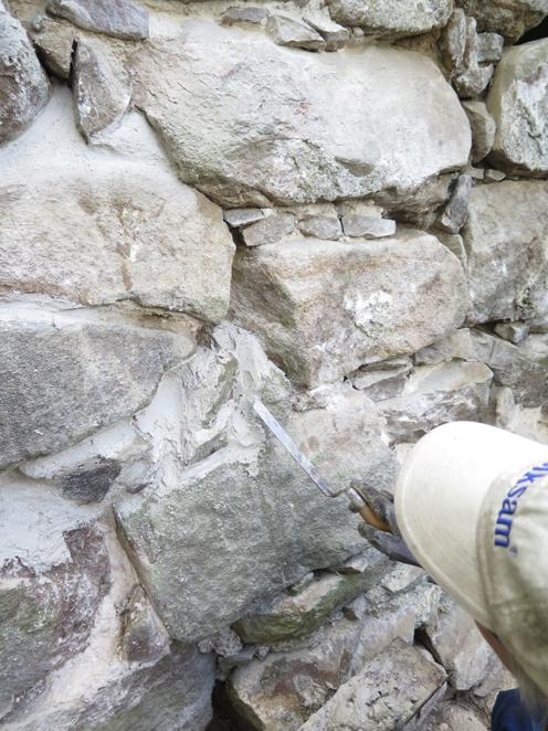 Kristina fogar mellan stenarna